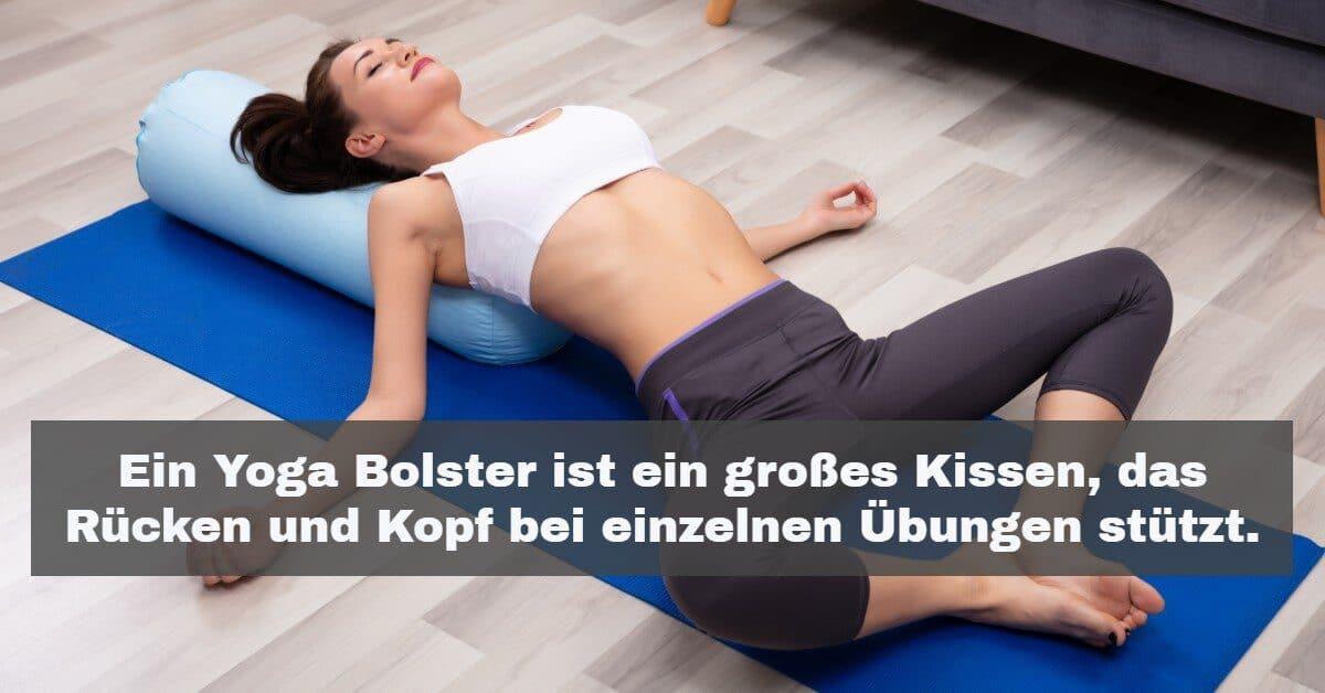 Yoga Zubehör: Ein Yoga Bolster ist ein großes Kissen, das deinen Rücken und Kopf bei Übungen in Rückenlage stützt.