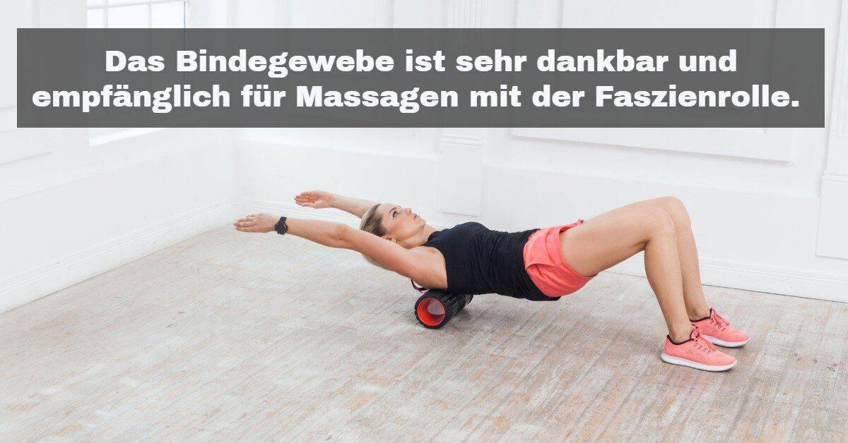 Yoga Zubehör: Das Bindegewebe ist sehr dankbar und empfänglich für Massagen mit der Faszienrolle.