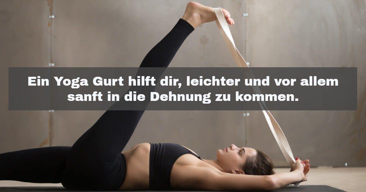 Yoga Zubehör: Ein Yoga Gurt hilft dir, leichter und vor allem sanft in die Dehnung zu kommen.