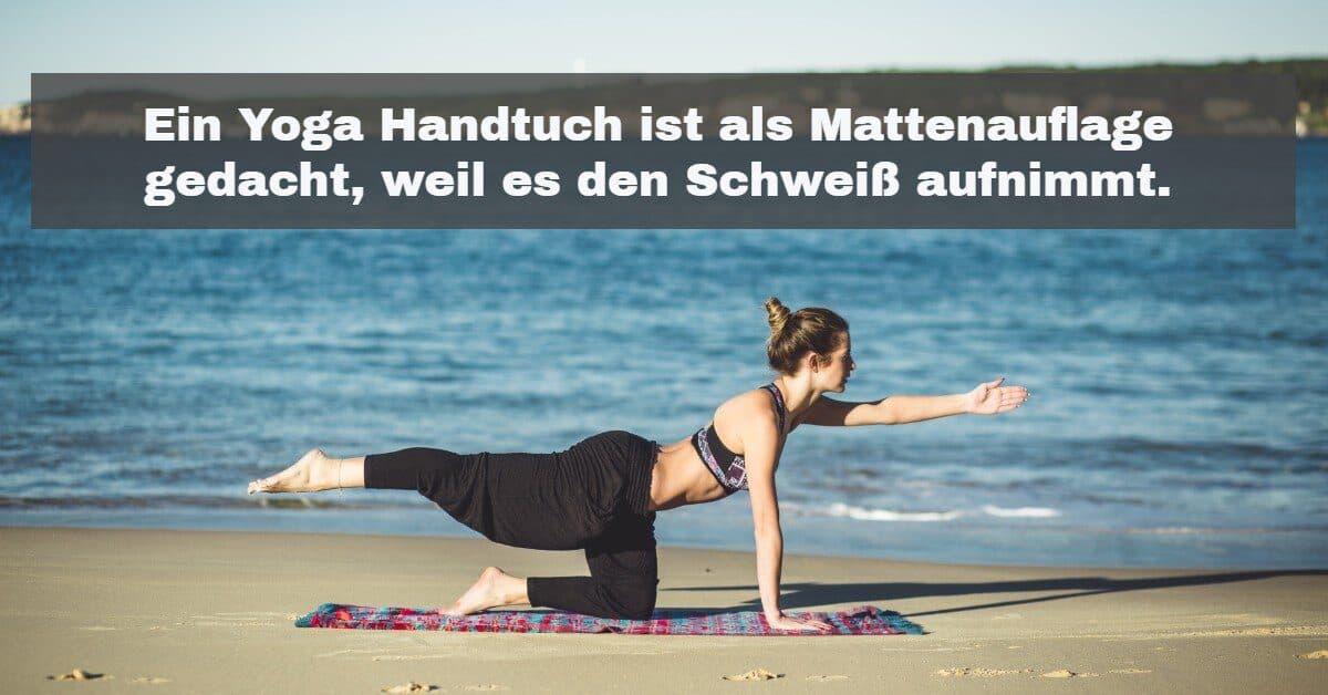 Yoga Zubehör: Ein Yoga Handtuch saugt den Schweiß auf und hilft gegen Rutschen auf der Yoga Matte.