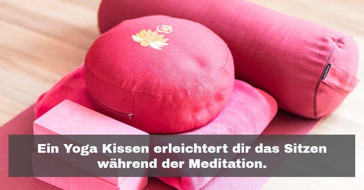 Yoga Zubehör: Ein Yoga Kissen hilft dir dabei, einen aufrechten und bequemen Sitz für die Meditation einzunehmen.