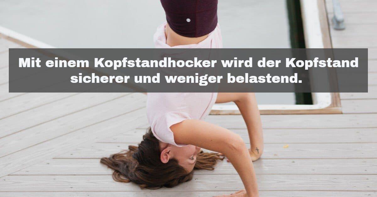 Yoga Zubehör: Mit einem Kopfstandhocker wird der Kopfstand sicherer und weniger belastend.