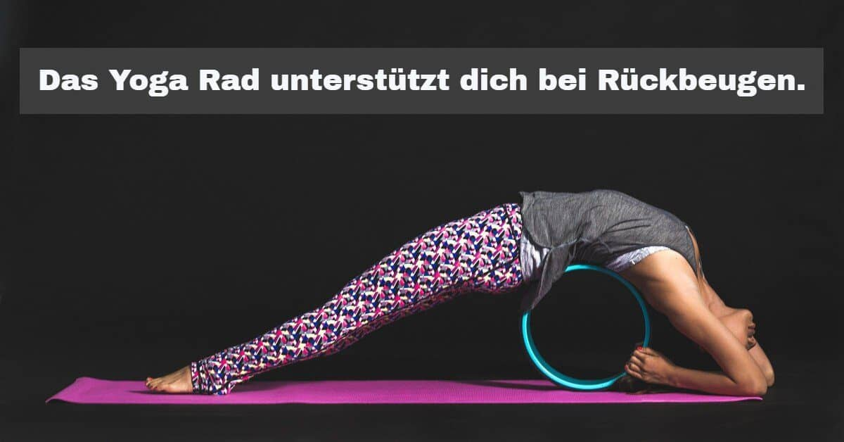Yoga Zubehör: Das Yoga-Rad ist ein bisschen wie ein Yoga Block. Es unterstützt dich bei den einzelnen Positionen.